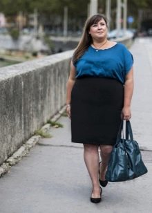 Синяя объемная сумка к двухцветному офисному платью для полных