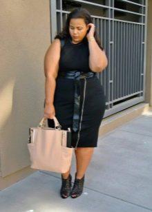 Большая бежевая сумка под черное офисное платье для полных