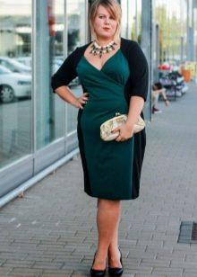 Офисное двухцветное платье средней длины для полных