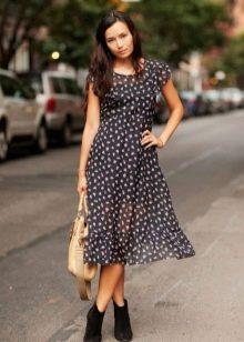 Черное средней длины платье А-силуэта в горошек