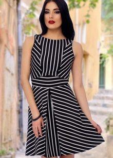 Полосатое черно-белое платье А-силуэта