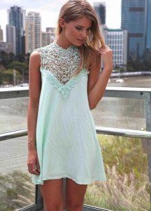Голубое платье А-силуэта с кружевным лифом