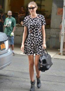 Черное платье А-силуэта с ромашковым принтом