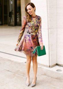 Цветное платье А-силуэта с зеленым клатчем