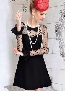 Черное платье А-силуэта с жемчугом