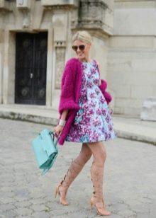 Платье А-силуэта в сочетание с кардиганом и портфелем