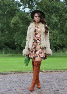 Меховая куртка и коричневые ботфорты к платью А-силуэта