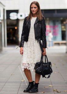 Кожаная куртка к кружевному платью А-силуэта