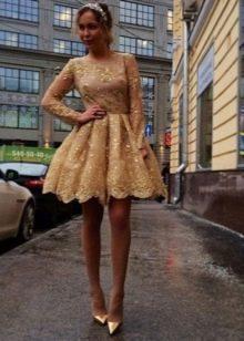 Бежевое платье бэби долл