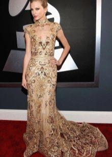 Длинное платье-ципао со шлейфом бежеого цвета с золотистым принтом