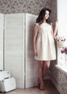 Платье а-силуэта с жесткими складками