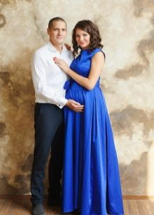 Фотосессия для беременной в синем длинном платье