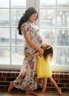 Фотосессия для беременной в длинном платье с цветочным принтом
