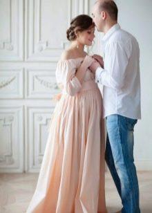 Фотосессия для беременной в длинном персиковом платье