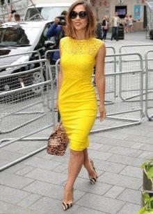 Желтое платье-футляр с кружевом