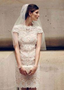 Свадебное кружевное платье-футляр светло-персикового цвета