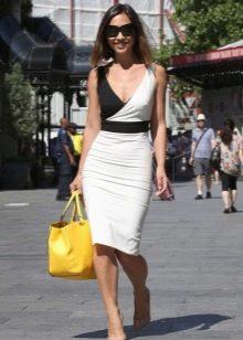 Платье-футляр с глубоким декольте