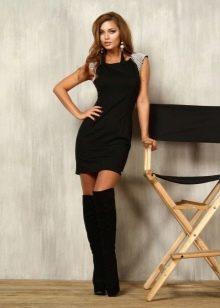 Короткое черное платье-футляр