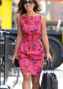 Розовое короткое платье-футляр с принтом