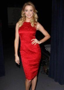 Красное платье-футляр без рукавов