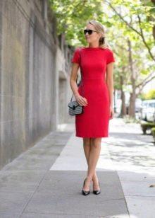Красное платье-футляр с коротким рукавом