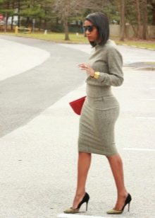 Серое платье-футлярс длинным рукавом