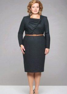Платье-футляр с декоративной отделкой на груди для полных женщин