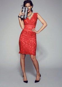 Кружевное красное платье футляр
