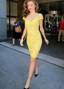 Кружевное желтое платье футляр