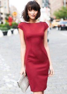 Платье-футляр с маленьким рукавом