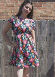 Черное короткое платье из штапеля цветочным принтом