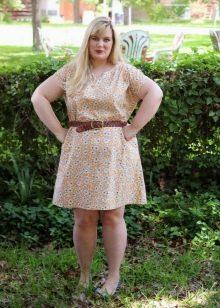 Светлое платье из штапеля свободного кроя для полных