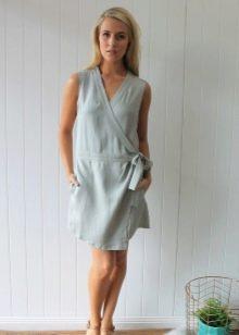 Платье из однотонного штапеля средней длины