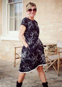 Черное платье из штапеля с мелким цветочным принтом длины миди