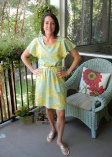 Приталенное платье из штапеля с рукавами-крылышками