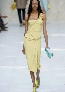 Платье средней длины из вискозы бледно-желтого цвета