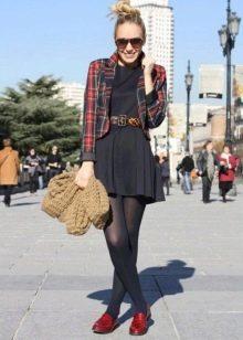 Клетчатый пиджак к черному платью из вискозы