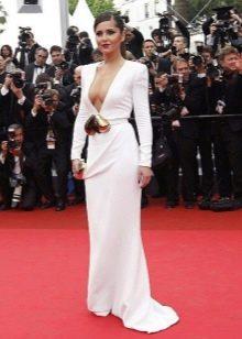 Длинное в пол белое платье из вискозы с глубоким декольте