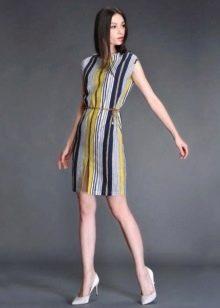 Полосатое платье прямого силуэта средней длины