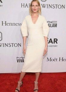 Белое платье прямого силуэта средней длины
