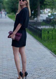 Платье-рубашка в сочетание склатчем и туфлями на шпильке