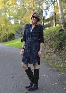 Клетчатое платье-рубашка свободного кроя средней длины