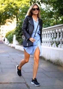 Платье-рубашка в сочетание с кожаной курткой и маленькой сумочкой