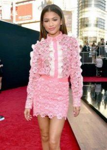Короткое розовое платье-рубашка с рюшами