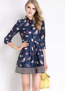 Синее платье-рубашка с принтом