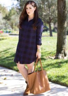 Синее платье-рубашка в клетку в сочетание с бежевой сумкои и ботинками на низком каблуке