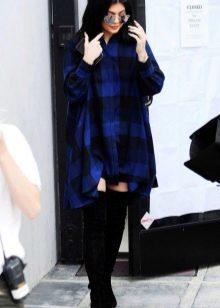 Синее просторного кроя платье-рубашка в клетку в сочетание с черными замшевыми ботфортами