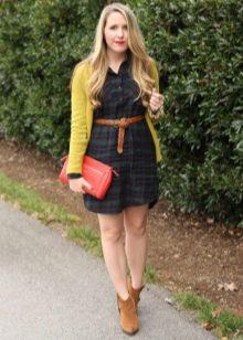 Платье-рубашка в клетку в сочетание с желтым кардиганом, коричневым ремнем и ботинками