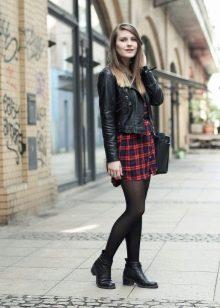 Платье-рубашка в клетку в сочетание с черной кожаной курткой