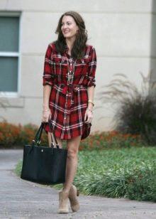 Платье-рубашка с накладными карманами на груди в красную клетку